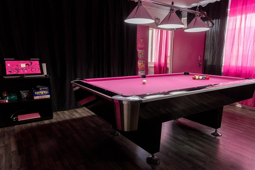 Pinkki biljardipöytä